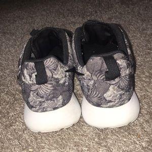 Nike Shoes - men's dark gray tropical print roshes